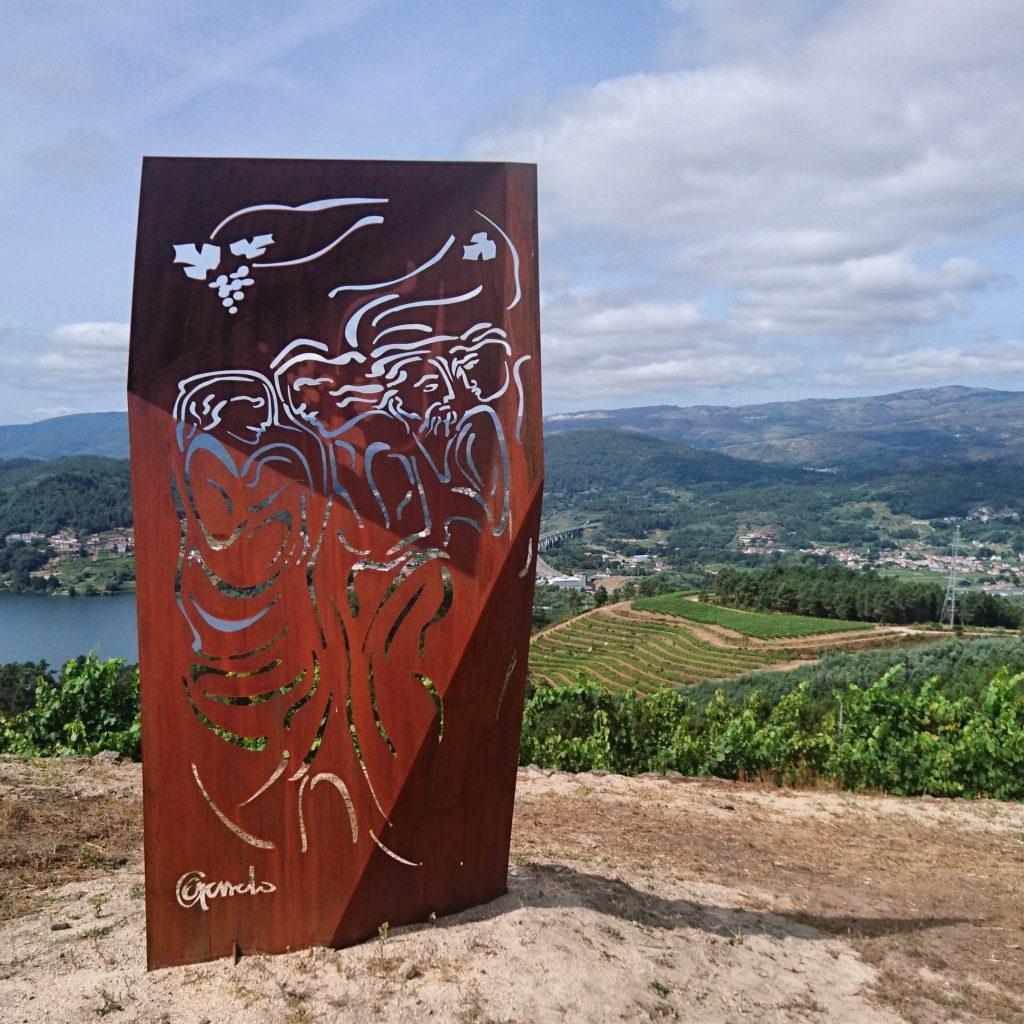 Escultura de Acisclo Manzano en Bodega del Ribeiro Viña Costeira